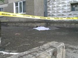 O tinara a cazut in gol de la etajul 13 la Buiucani
