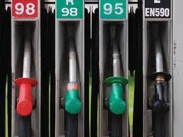 Trei companii petroliere ar putea rămâne fără licenţă de activitate pentru două luni. Agenţia Naţională pentru Reglementare în Energetică (ANRE) a luat decizia, după ce a depistat mai multe încălcări privind evidenţa contabilă şi formarea preţurilor pentru carburanţi. O altă companie ar putea fi sancţionată cu amendă de până la 10.000 de lei pentru că ar fi comercializat gaz lichefiat la un preţ mai mare decât cel stabilit. Acest lucru i-a adus venituri suplimentare de peste 400 de mii de lei. În privinţa acestei companii urmează să se pronunţe judecătorii. Petroliştii îşi vor putea recăpăta licenţele după înlăturarea neregulilor.