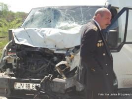 Un microbuz a esit si s-a lovit de un tractor. Un om a decedat.