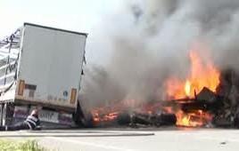 Doua TIR-uri s-au ciocnit frontal in Romania. Un sofer a ars de viu.