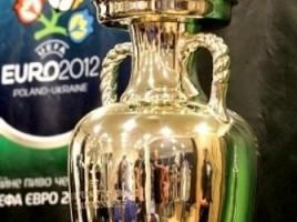 Activistele Femmen s-au pornit la furat cupa de fotbal Euro 2012