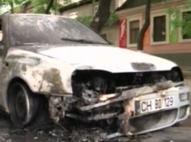Un Volkswagen Golf a ars in totalitate la un semafor din capitala