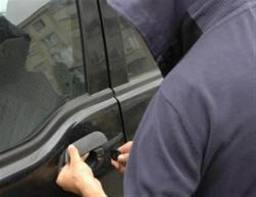 Patru tineri au fost retinuti pentru ca furau din masini