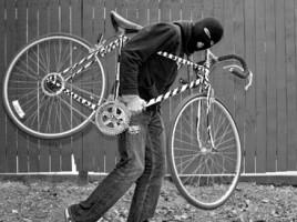 Doi indivizi acționează independent, dar au aceeași pasiune: furtul bicicletelor și comercializarea lor ulterioară. Unul dintre hoţi a pătruns recent într-un bloc de locuit din sectorul Buiucani al Capitalei, de unde a sustras două biciclete, cauzând proprietarului un prejudiciu de aproximativ 6.000 de lei. Cu numai două zile înainte de acest furt, tânărul a intrat în scara unui alt bloc, la câteva străzi distanță, de unde a plecat, la fel, cu o bicicletă străină. Valoare acesteia a fost estimată la 1.500 de lei. Poliţia a ridicat obiectele infracțiunii și cercetează cazul în continuare. Oamenii legii susțin că bănuitul a fost judecat anterior pentru acțiuni similare. Mai mult decât atât, acesta este dat în căutare de mai multe Inspectorate din Chișinău, anume pentru furt de biciclete. Hoţul a fost reținut pentru 72 de ore. Infracțiunea comisă de el se pedepsește cu pușcărie până la patru ani. Celălalt individ a fost și el implicat anterior în activităţi de furt de biciclete, fiind judecat pentru faptele sale. Se pare că puşcăria nu l-a ajutat să renunțe la prostul obicei. Bărbatul în vârstă de 56 ani a pătruns în scara unui bloc de locuit din sectorul Buiucani al Capitalei, de unde a plecat cu o nouă pradă.