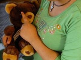 O fată de 13 ani a fost violată