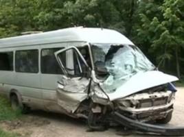 13 persoane ranite dupa un microbuz in care se aflau s-a rasturnat in codrii Orheiului