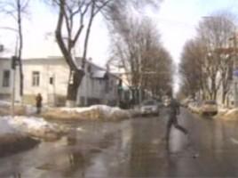 Un șofer din capitală aîncalcă regulile de circulație chiar în fața polițistului, ca re nu intervine deloc