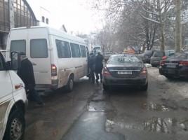 Un șofer a parcat neregulamentar mașina șia blocat o strada întreagă