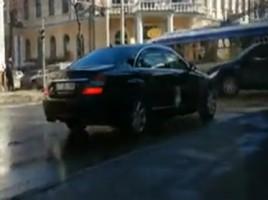 2 mașini Mercedes de a lui V. Plahotniuc încalcă regulile de circulație