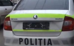 O mașină a poliție a rămas fără numere de înmatriculare. Vezi video