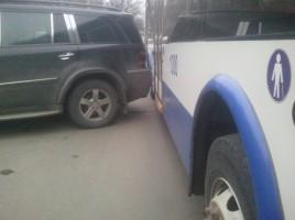 Un șofer și-a parcat mercedesul, blocînd în întregime o strada din Botanica