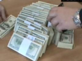 Mită pentru deputaţi în valoare de 500 000 de euro, găsită într-o bancă din Chişinău