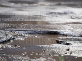 Ploaia a făcut ravagii la Durleşti. Puhoaiele au smuls bucăţi de asfalt, iar mai multe drumuri au rămas impracticabile