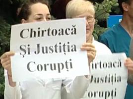 Angajaţii Spitalului republican au ieşit a doua zi la protest împotriva construcţiei unei parcări cu plată