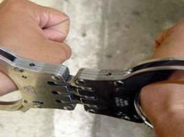 Riscă să facă majoratul după gratii. Doi tineri au furat un seif metalic cu 20 de mii de lei şi o armă
