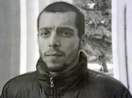Angajaţii Inspectoratului de Poliţie a sectorului Râşcani îl caută pe bărbatul din imagine. Acesta este suspectat de faptul că, prin abuz de încredere şi înşelăciune ar fi luat bani de la un tânăr în vârstă de 31 ani.  Potrivit oamenilor legii, suspectul i-ar fi propus victimei să închirieze un apartament, deşi acesta nu îi aparţinea. Imediat după ce a primit 5 000 lei pentru chiria locuinţei, suspectul a dispărut.  Pe marginea acestui caz a fost iniţiată o cauză penală pentru escrocherie, care prevede amendă în mărime de la 10 000 pînă la 20 000 de lei sau închisoare de la 2 la 6 ani.  În context, sunt solicitate persoanele care deţin informaţii despre locul aflării acestuia sau alte date ce ar ajuta la identificarea şi reţinerea lui, să informeze imediat poliţia la 902 sau să telefoneze la 0 (22) 44-61-00.  Totodată, poliţia recomandă oamenilor să fie mai prudenţi în asemenea cazuri şi să solicite toate actele necesare de la persoane, atunci când închiriază o locuinţă