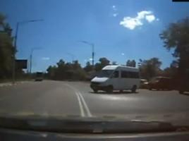 """""""IDIOTULE""""! Momentul tensionat în care un şofer reuşeşte să evite impactul"""