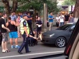 Cum politistii incearca sa scoata placutele de inmatriculare de pe Mithsubishi negru mat
