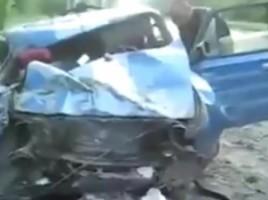 """Incident groaznic la Doneţk! Un proiectil a explodat chiar lângă o maşină de model ''VAZ 2101'' care se deplasa pe drum. Momentul a fost înregistrat de camera instalată la bordul maşinii. Din fericire, şoferul nu a avut de suferit, însă maşina a fost grav avariată, scrie lifenews.ru.  Explozia puternică a produs o gaură în asfalt, o porţiune de drum fiind avariată. Locuitorii din apropiere spun că pe drum a căzut un proiectil lansat de un obuzier.  Publika.md aminteşte că la începutul lunii iulie pasagerii unui automobil """"Niva"""" au murit în urma exploziei unui proiectil aruncat în timpul unui schimb de focuri în centrul oraşului Lugansk, Ucraina. Explozia a distrus maşina în mai multe bucăţi. Incidentul a fost înregistrat de o cameră de bord a altui şofer care se apropia de locul incidentului."""