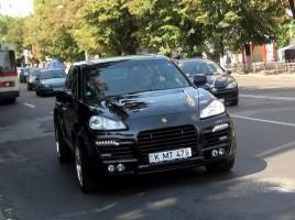 VIDEO. Incendiat intentionat? Momentul in care Porsche-ul ia foc in sectorul Rascani: Ce se vede in imagini