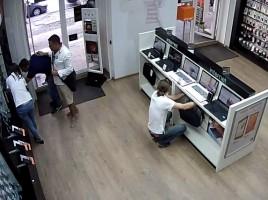 Credea ca nimeni nu-l observa. Momentul in care un barbat fura un iPhone 5S dintr-un magazin din capitala. VIDEO