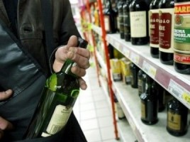 ITALIA: Trei moldoveni au furat 20 de sticle cu băutură dintr-un supermarket
