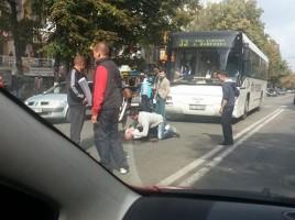 LOVIT de un autobuz de ruta langa trecerea de pietoni. Medici S-a aruncat sub roti. FOTO