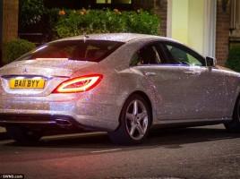 O MOLDOVEANCA si-a incrustat Mercedesul cu un milion de cristale Swarovski