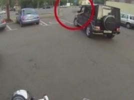 O motociclista din Rusia face justitie soferilor care arunca gunoiul unde vrea