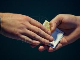 Un bărbat i-a oferit 200 de euro unui inspector de la vama Leuşeni. Cum a reacţionat angajatul