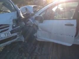 Grav accident la Pitusca. Doua masini, facute ZOB, dupa ce s-au lovit violent: Mirele era la volan