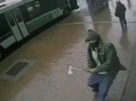Un barbat a atacat 4 politisti cu un TOPOR in New York