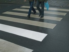 VIDEO. Incident in capitala: Doua studente, LOVITE de un BMW pe o trecere de pietoni