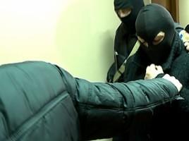 """Unul dintre membrii ANTIFA, DUS LA AREST. Suspectul, adus cu cagula pe fata la proces: """"Este un joc politic"""""""