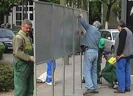 """Panouri electorale, """"pedepsite"""" de huligani. Vezi cum îşi astâmpără nervii doi alegători în Chişinău"""