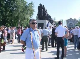 O femeie a încercat să se arunce de pe monumentul din fața Gării din Capitală