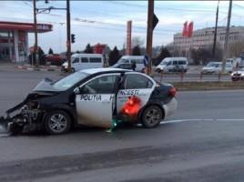O masina a politiei care transporta procese verbale, GRAV AVARIATA. O persoana, la spital