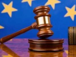Trei locuitori ai raionului Ialoveni, care la finele anului 2013, au asasinat o femeie pe strada Igor Vieru din Capitală, au fost condamnaţi la 25, 14 şi, respectiv, 12 ani închisoare. Sentinţa a fost pronunţată după ce Procuratura sectoruluui Ciocana a demonstrat vinovăţia celor trei la comiterea omorului intenţionat, tîlhăriei, purtarea şi păstrarea ilegală a armelor. Cazul a avut loc în seara zilei de 16 decembrie 2013, cînd inculpaţii au aşteptat victima în scara blocului în care aceasta locuia, având scopul de a o deposeda de geantă. Făptuitorii au planificat din timp comiterea crimei, acumulând informaţii despre activitatea pe care victima o desfăşura, regimul de viaţă şi modalitatea culegerii banilor de la punctele de comercializare a peştelui, a cărei proprietară victima era. Deoarece femeia a opus rezistenţă, atacatorii i-au aplicat o lovitură cu cuţitul în regiunea inimii, i-au smuls geanta şi au fugit cu un automobil într-o direcţie necunoscută. În urma leziunilor grave pricinuite, victima, în vârstă de 35 de ani, a decedat pe loc. Potrivit materialelor cauzei penale, în geanta victimei se aflau bani, bijuterii şi lucruri de preţ, estimate la peste 93.000 de lei. În continuare, făptuitorii au împărţit banii şi bunurile materiale sustrase, folosindu-le în scopuri personale. În cadrul acţiunilor realizate de Procuratura sectorului Ciocana, de comun cu Poliţia, au fost identificaţi autorii crimei, iar în ianuarie 2014 inculpaţii au fost reţinuţi. Aceştia s-au dovedit a fi trei locuitori ai raionului Ialoveni, cu vârstele cuprinse între 33 şi 35 de ani, anterior judecaţi. Pe lângă pedeapsa închisorii, inculpaţii au fost obligaţi să-i achite succesorului părţii vătămate un prejudiciu moral şi material de 368.000 lei. Sentinţa este cu drept de atac.