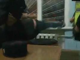 SCANDAL şi ŢIPETE. O tânără beată loveşte un poliţist, se târăşte pe jos şi înjură (VIDEO)