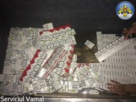 """O tentativă de trecere ilegală a produselor de tutungerie peste frontiera de stat a Republicii Moldova a fost stopată de inspectorii vamali. La pista de control """"ieşire din ţară"""" a postului vamal Costeşti-Stînca s-a prezentat pentru verificări un """"Mercedes 412 D"""", cu numere de înmatriculare în RM, la volanul căreia se afla un moldovean, în vârstă de 48 ani. Şoferul a declarat că transportă doar bunuri de uz personal. Însă, în urma controlului, vameşii au depistat ascunse după scaunul din spate al vehiculului peste 1.000 de pachete de ţigări """"Marlboro"""", marcate cu timbrul de acciz al Republicii Moldova. Valoarea totală a celor peste 20.000 de ţigarete, pe piaţa neagră din UE, se estimează la circa 4.000 de euro. Pe acest caz, a fost întocmit un proces-verbal. Produselor de tutungerie au fost reţinute în vederea confiscării, iar contravenientul urmează să plătească o amendă de 3.000 de lei."""