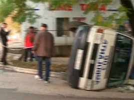 Accident rutier - Ambulanta rasturnata si ajunsa intr-un copac din cauza unui Renault