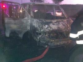Un microbuz a ars in intregime la Peresecina (foto)
