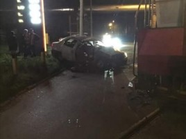 O masina, ZDROBITA de o locomotiva in zona CET-1. 2 persoane in spital