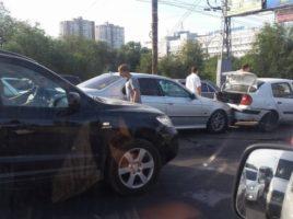 Accident rutier linga Circ. 6 masini avariatesi un microbuz cu pasagegi