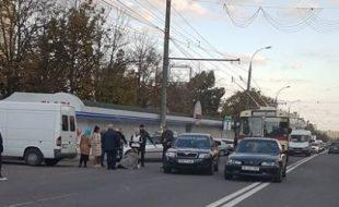 Femeia, cu un copil in brate, care a fost lovita de o masina cu numere guvernamentale pe strada Alba Iulia ar putea fi amendata.
